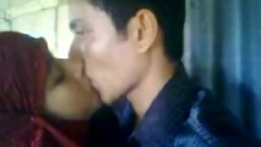 BANGLADESHI VILLAGE MADRASA HIZABI GIRL KISSING & FUCKING IN THE CLASSROOM